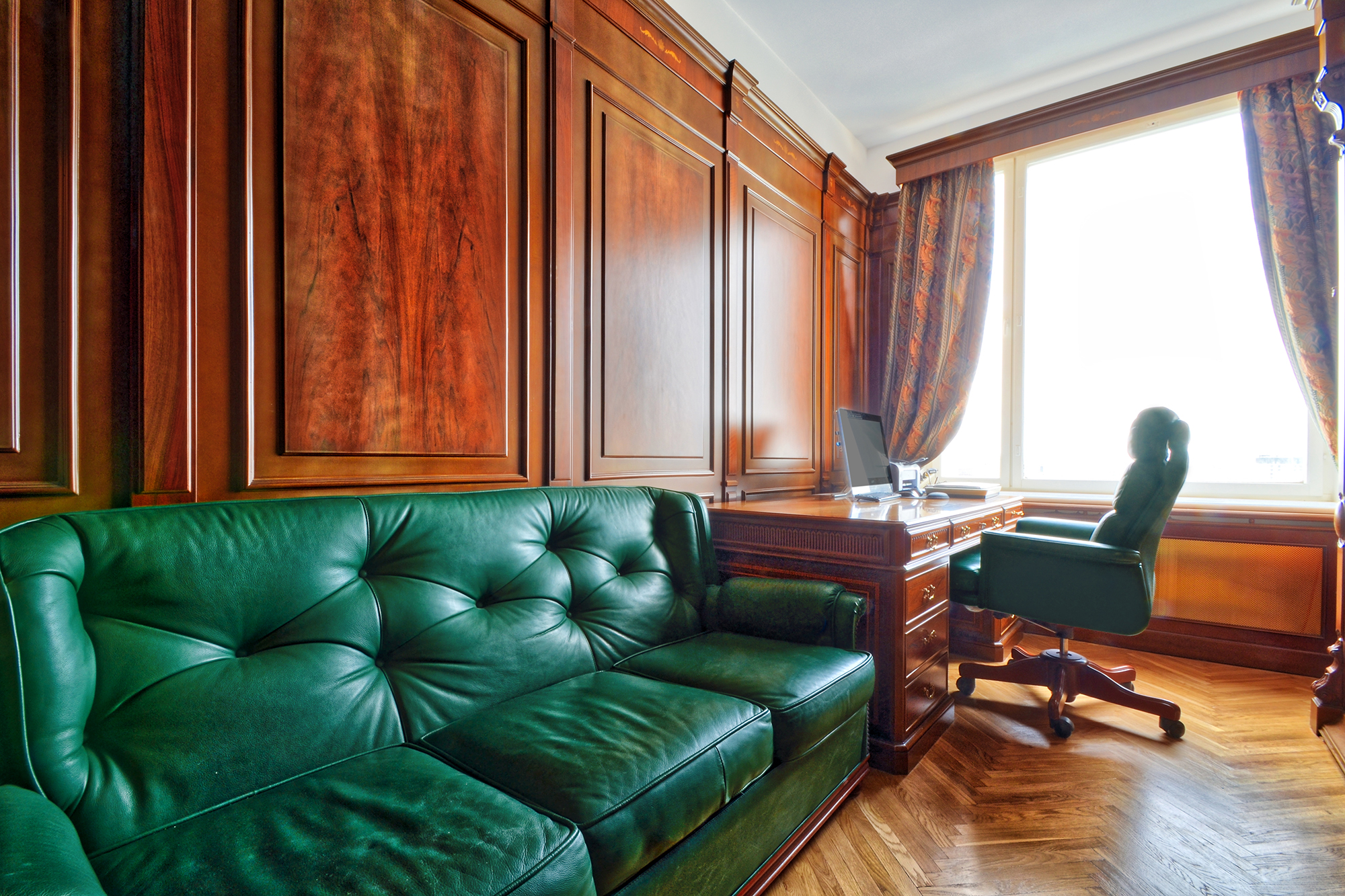 bronnaya-kabinet-iz-dereva-titov-02