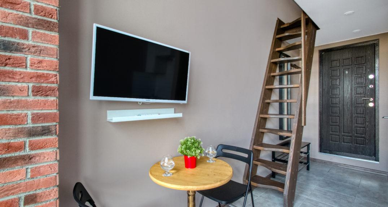 obedennyj-stol-u-TV
