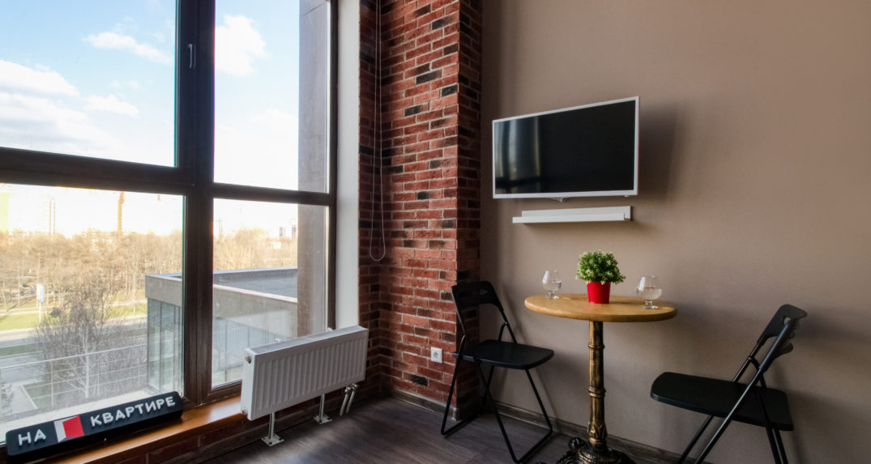 obedennyj-stol-u-panoramnogo-okna